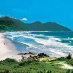 Garopaba (SC). Garopaba está ancorada no litoral de Santa Catarina, com suas 8 praias, cada qual com seus atrativos particulares. A praia, que fica bem no centro do município, é a que oferece maior infra-estrutura. Foto: Christian Knepper / Anima / Embratur *** Local Caption *** horizontal